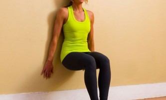 Техника упражнения стенка — приседаем с опорой на стену
